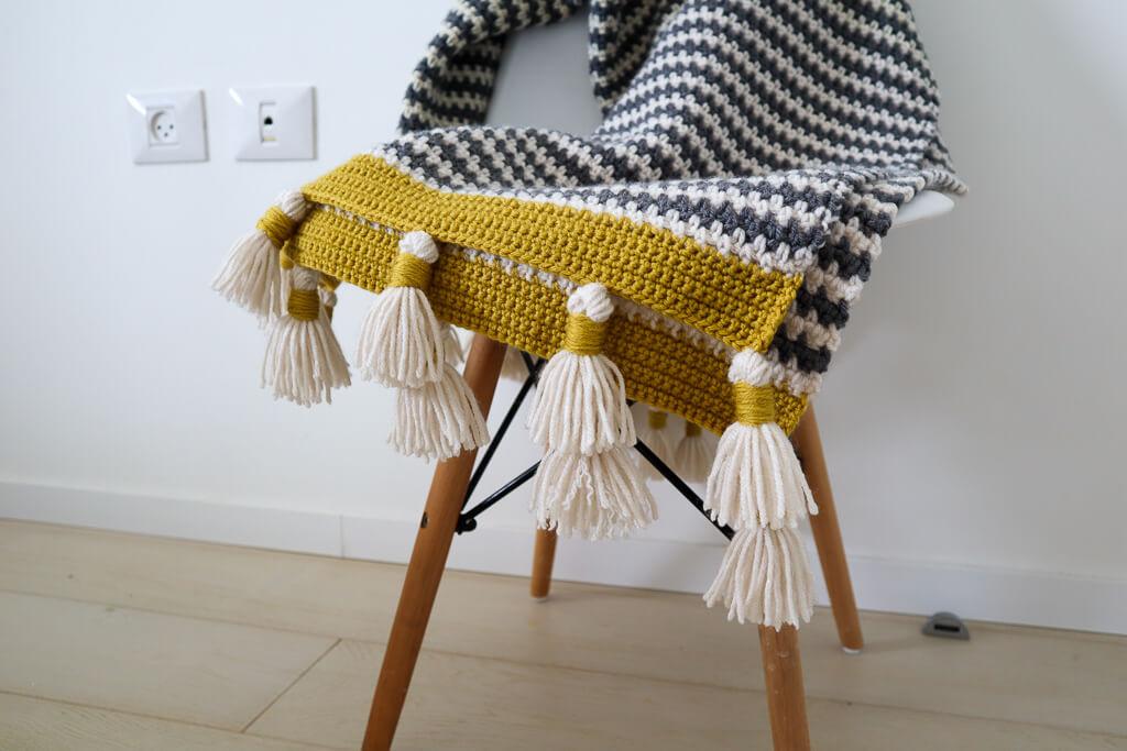 couverture au crochet avec des pompons